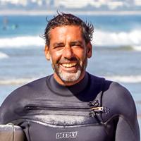 Педро Барбуда - инструктор серф-кемпа в Кашкаише